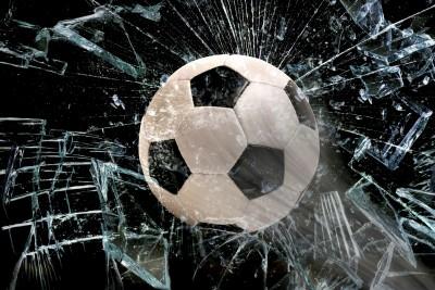 Fussball durch Glasscheibe