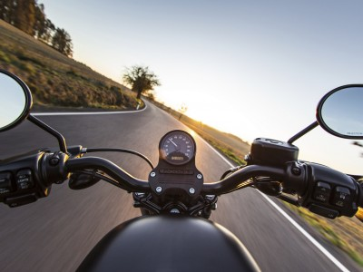 Motorrad auf Landstrasse